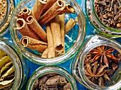Gewürze für ein winterliches Heißgetränk wie Glühwein oder Punsch in Aufbewahrungsgläsern