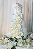 Mehrstöckige weisse Hochzeitstorte mit romantischer Rosendeko