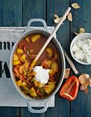 Vegetarisches Kartoffelgulasch mit Paprika & Schmand (Aufsicht)
