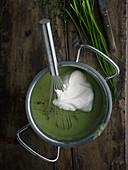 Vegetarische Lauch-Kartoffelsuppe mit Sahne (Aufsicht)