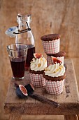 Rotwein-Cupcakes mit Ingwer-Frischkäse-Topping