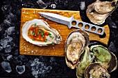 Frische Auster mit roter Sauce und Schnittlauch