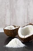 Kokosnusshälften mit Kokosraspeln