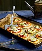 Schnelle Minipizzen mit Zucchini und roter Paprika