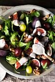 Rucolasalat mit Feigen, Trauben, Walnusskernen und Joghurtdressing