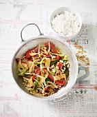 Veganes Chop-Suey mit buntem Gemüse aus dem Wok