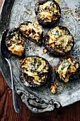 Portobello-Pilze gefüllt mit Spinat, Artischocken & Ziegenfrischkäse (Türkei)