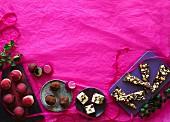 Hausgemachtes Weihnachtskonfekt aus Schokolade, französischem Nougat, Marzipan und Karamell