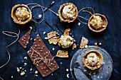 Weisses Schokoladeneis in Chocolatechip-Schalen