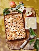 Gedeckter Apfelkuchen mit getrockneten Kirschen und Macadamianüssen verfeinert, dazu Vanilleeis