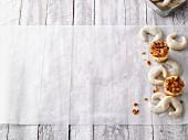 Bienenstich-Cupcakes & Vanillekipferl auf Backpapier
