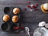 Johannisbeer-Muffins mit Baiserhaube