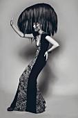 Frau in langem Abendkleid mit ausladender Frisur (s/w-Bild)