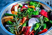 Frisches Gemüse mit Rosmarin (vorbereitet zum Grillen)