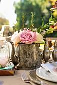 Rosenstrauss in Teekanne als Buffetdeko zur Teatime