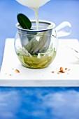 Spargel-Zitronengras-Essenz im Glas