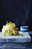 Zucchiniwaffeln mit pochiertem Ei und Sauce Hollandaise