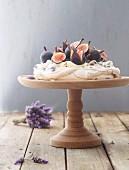 Lavendel-Pavlova mit Feigen
