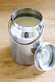Milch in rustikaler Milchkanne