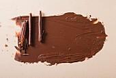 Schokoladenröllchen und Schokospäne als Tortenverzierung