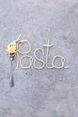 Schriftzug Pasta aus Spaghetti mit Gabel