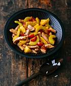 Glutenfreies Schweinefleisch süss-sauer mit Gurken & Tomaten