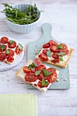 Quick pizza with sheep's cheese cream and cherry tomatoes