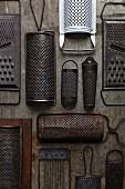Verschiedene antike Küchenreiben- & Hobel (Aufsicht)