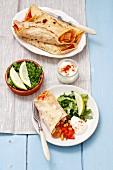 Pfannkuchen mit gebratenem Hähnchenfleisch, Paprika und Zwiebeln, dazu grüner Salat
