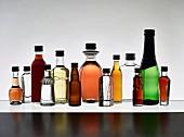 Verschiedene neutrale Mini-Flaschen mit Spirituosen, Wein und Bier