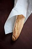 Baguette im Einwickelpapier