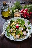 Gemischter Salat mit Babyspinat, Radieschen und Artischocken