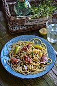 Pasta con i fichi (spaghetti with figs, anchovies and rosemary, Italy)