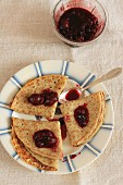 Pfannkuchen mit roter Beerenmarmelade (Draufsicht)