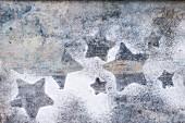 Abdrücke von weihnachtlichen Sternplätzchen in Puderzucker