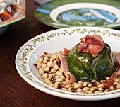 Cabbage roulade with black-eyed beans and bacon (USA)