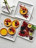 Torteletts mit Beerenfrüchten auf quadratischem Teller