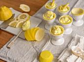 Zitronencreme serviert in Papierförmchen & Eierbechern
