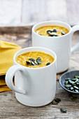 Pastinaken-Butternusskürbis-Suppe mit Kürbiskernen
