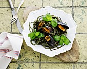 Green spaghetti with mussels and basil