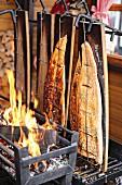 Lachs am offenen Feuer gegrillt