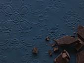 Schokoladenstücke auf blauem Hintergrund