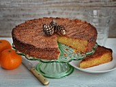 Orangenkuchen auf Kuchenständer, angeschnitten