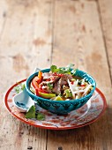 Asiatische Gemüsesuppe mit Rindfleisch