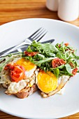 Toast with fried eggs, sweetcorn purée and oven-roasted tomatoes