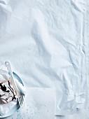 Haselnusscremeschnitte auf Kuchenteller