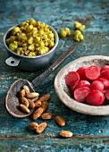 Curry-Popcorn, Mandeln und Radieschen (Snacks aus Indien)