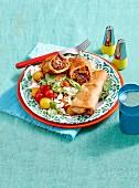 Weizentortillas mit Lammfüllung auf buntem Salat