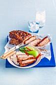 Schweinebauch chinesische Art mit Reis und Pak Choi
