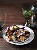 Auberginenchips mit Sesam und glasierte Rippchen mit Frühlingszwiebeln